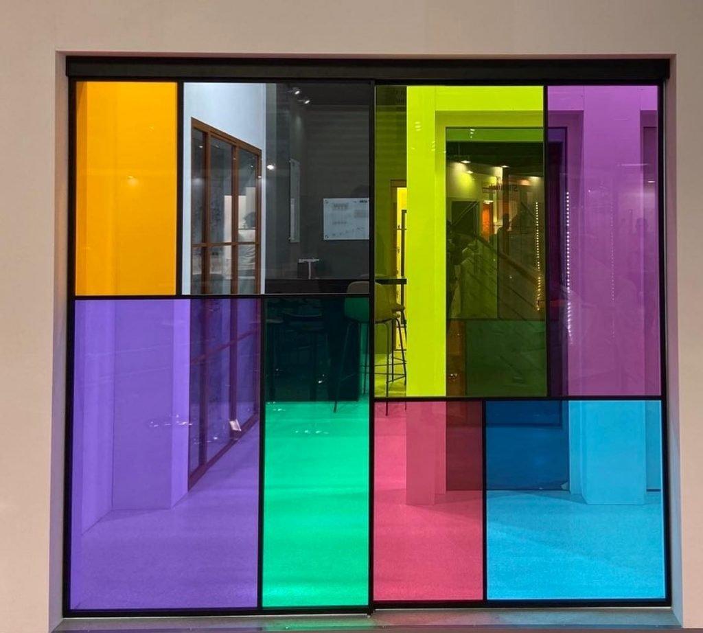 compartimentare cu pereti de sticla colorata